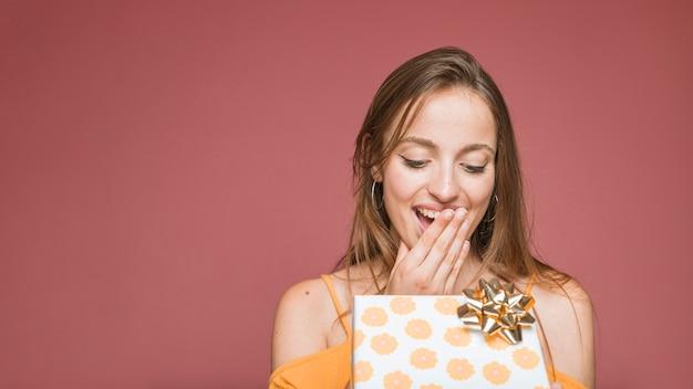Close-up, de, surpreendido, mulher olha, em, abrir caixa presente