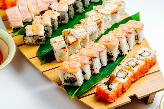 Close-up de sushi conjunto com placa de sushi de madeira