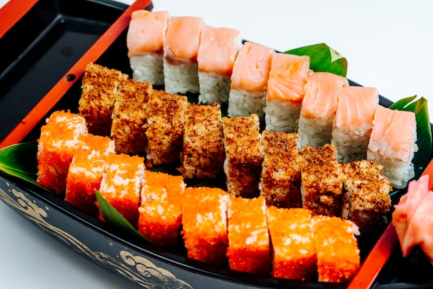 Close-up de sushi conjunto com rolos quentes e frios