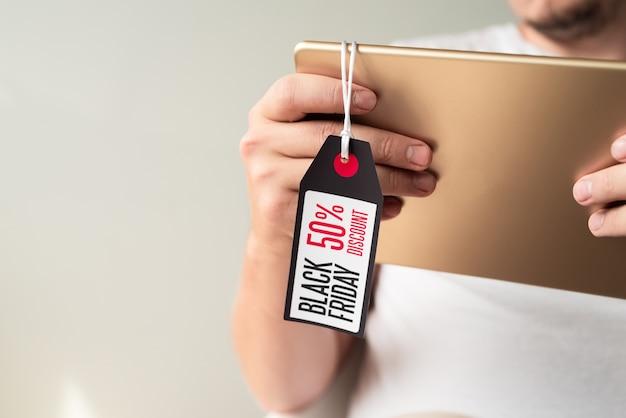 Close-up de tablet com etiqueta de sexta-feira preta