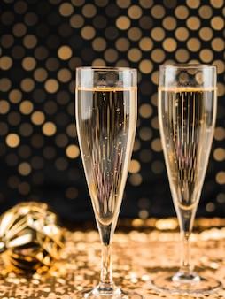 Close-up de taças de champanhe em têxteis dourados