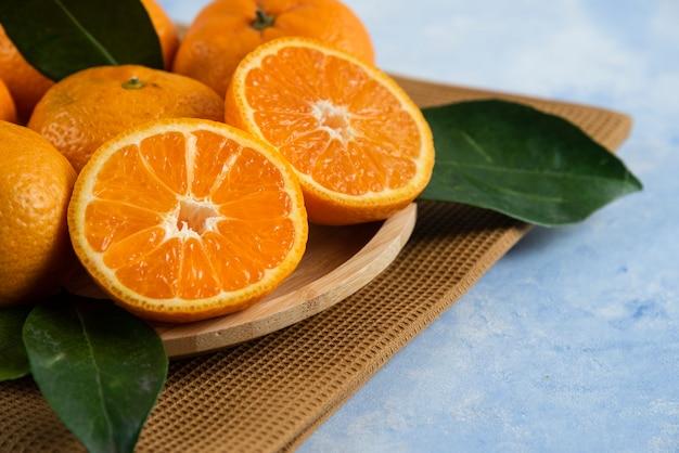 Close up de tangerina clementina fresca cortada pela metade