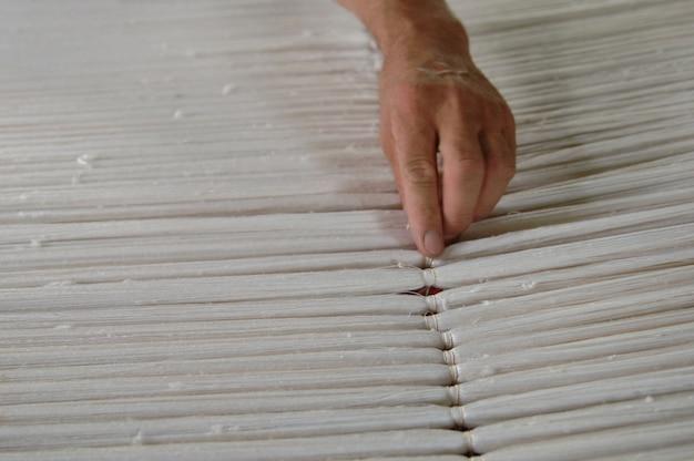 Close up de tecelagem e fabricação de tapetes feitos à mão