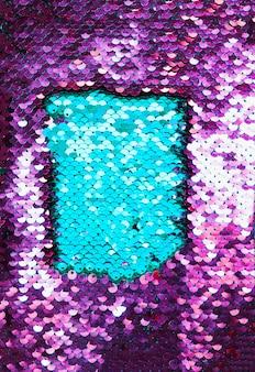 Close-up de tecido de lantejoulas azul e roxo