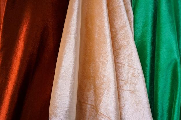 Close up de tecido - fundo de matéria têxtil, roupas multicoloridas