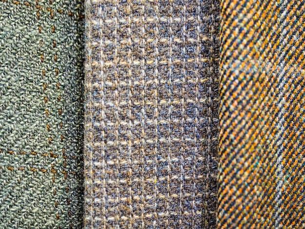 Close-up de tecidos xadrez original e na moda. grande variedade de tecidos na loja.