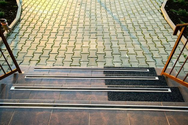 Close up de telhas de cerâmica cobrindo as escadas da varanda com listras de borracha anti-escorregadias.