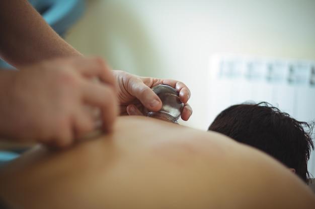 Close-up de terapeuta dando terapia de degustação para homem