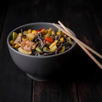Close-up de tigela de macarrão com legumes