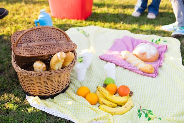 Close-up de toalha na grama com alimentos