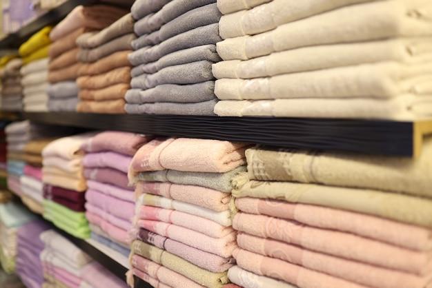 Close up de toalhas de algodão multicoloridas dobradas na vitrine