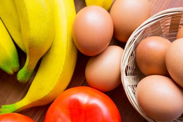 Close-up de tomate fresco, banana e ovos