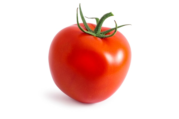 Close-up de tomate vermelho maduro isolado em uma superfície branca