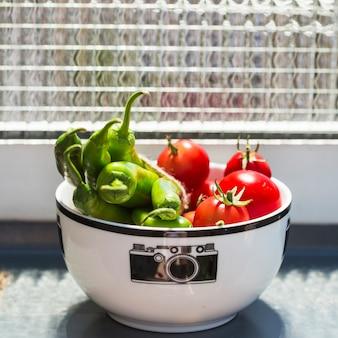 Close-up, de, tomates cereja, e, verde, pimentas pimenta-malagueta, em, tigela