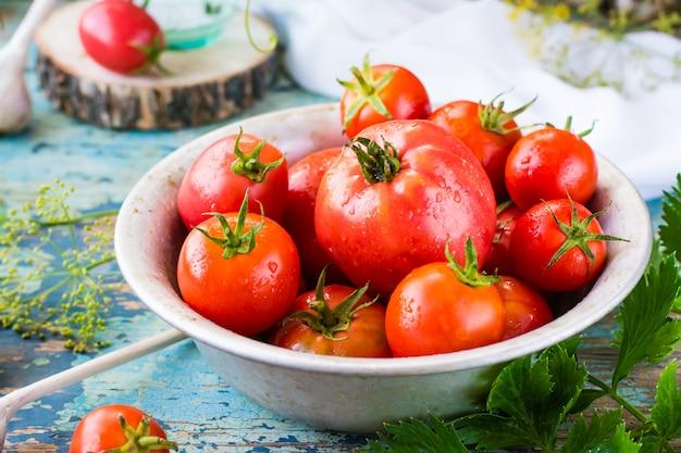 Close-up de tomates maduros em um prato sobre uma mesa de madeira