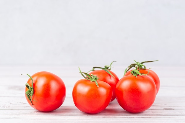 Close-up de tomates maduros frescos em uma superfície lenhosa