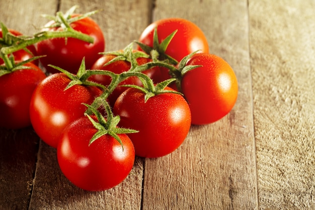 Close up de tomates vermelhos saborosos frescos. dia ensolarado. alimento saudável ou conceito italiano do alimento.