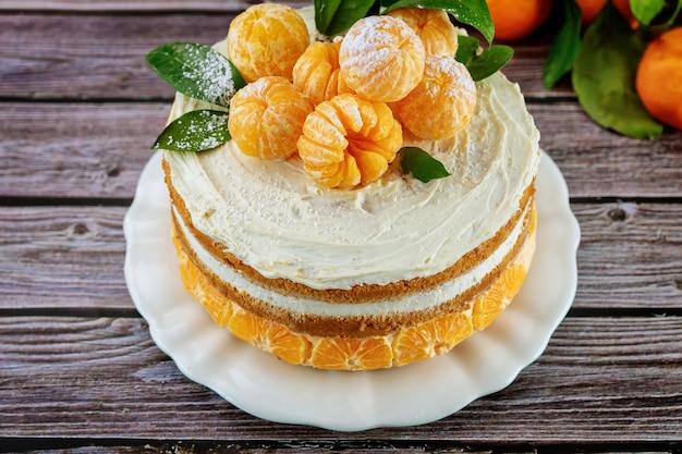 Close up de torta de frutas cítricas com tangerina fresca e folhas