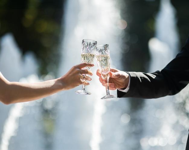 Close-up de tostagem recém-casados