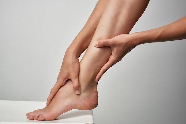 Close up de tratamento de massagem de pés para problemas de saúde