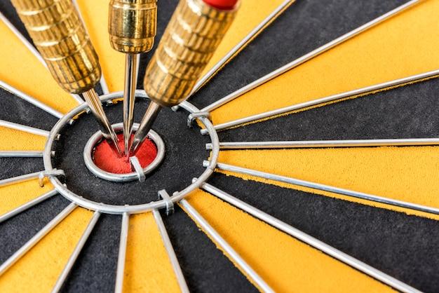 Close up de três dardos no bullseye