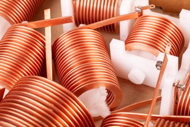 Close-up de três fios trançados de cobre em rolhas de plástico sobre uma mesa branca