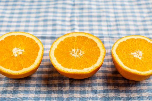 Close-up de três laranjas de meio corte alinhadas