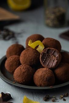 Close-up de trufas de chocolate com pimenta preta e raspas de limão