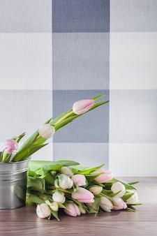 Close up de tulipas brancas na madeira