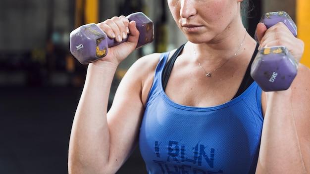 Close-up, de, um, ajuste, mulher, exercitar, com, dumbbells