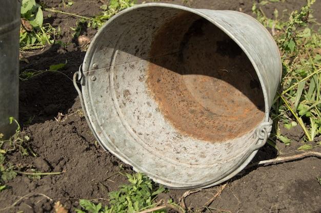 Close-up, de, um, antigas, sujo, enferrujado, ferro, balde, mentindo, chão