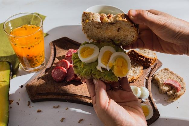 Close-up de um apetitoso café da manhã ao sol com ingredientes tropicais. comida tradicional.