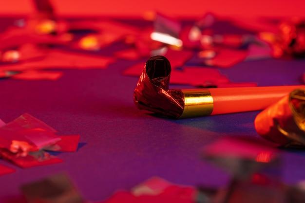 Close-up de um apito de festa em um fundo roxo
