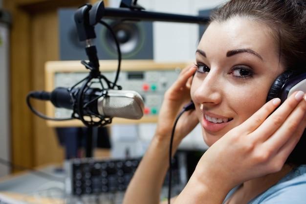 Close up de um apresentador de rádio jovem apresentando