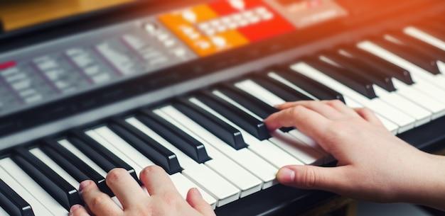 Close-up, de, um, artista música, mão, tocando, piano, mão homem, música clássica, keybo