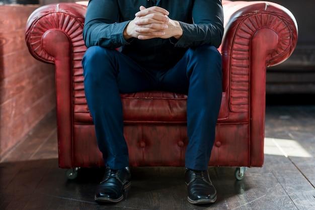 Close-up, de, um, assento homem, ligado, poltrona, com, seu, mão clasped