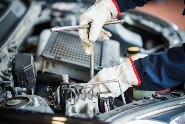 Close-up, de, um, auto mecânico, trabalhando, um motor carro