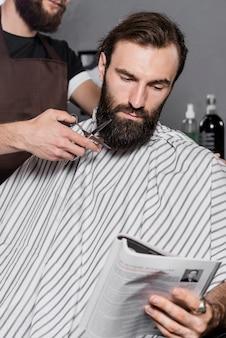 Close-up, de, um, barbeiro, mão, corte, barba homem, com, tesouras