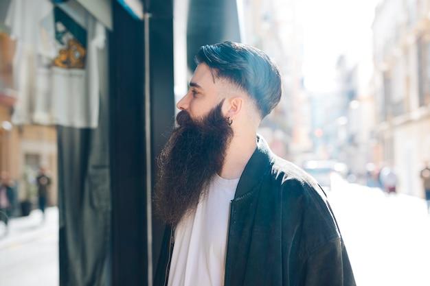 Close-up, de, um, barbudo, homem jovem, fazendo, janela fazendo compras