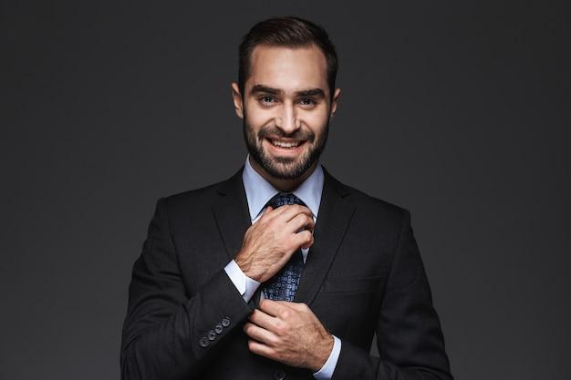 Close-up de um belo jovem sorridente homem de negócios vestindo terno isolado