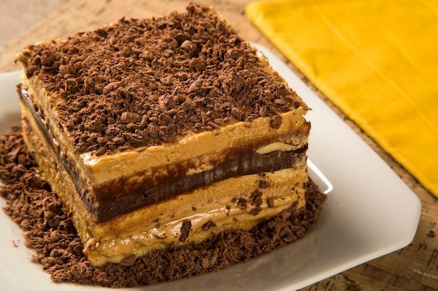 Close up de um bolo de creme de chocolate no prato branco