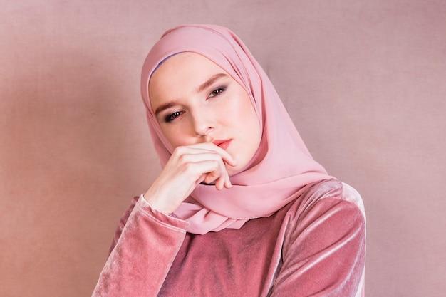 Close-up, de, um, bonito, contemplado, mulher árabe