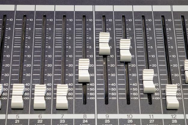 Close-up de um botão de áudio no painel do controlador