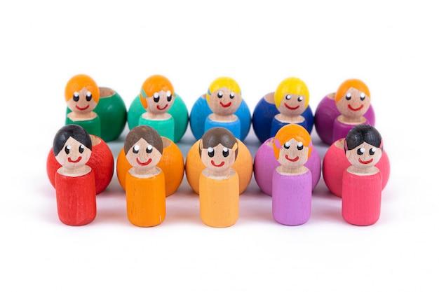 Close-up de um brinquedo infantil de madeira natural na forma de pequenas pessoas de cores diferentes