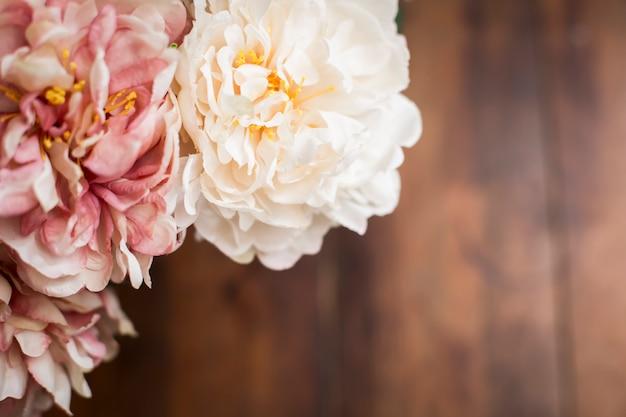 Close-up de um buquê de flores no estilo vintage de mesa de madeira