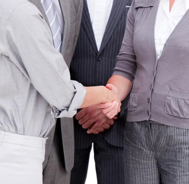Close-up de um businessteam positivo fechando um acordo
