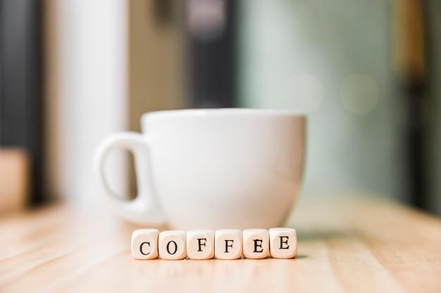 Close-up, de, um, café, cúbico, blocos, com, xícara café, ligado, madeira, superfície