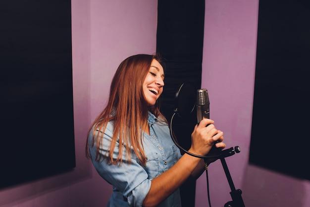 Close-up de um cantor gravando uma faixa em um estúdio.