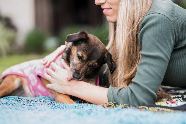 Close-up, de, um, cão, lamber, woman's, mão