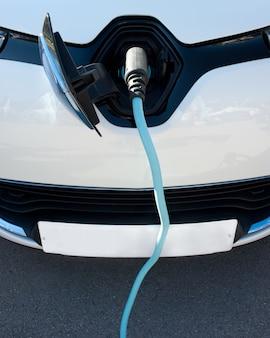Close-up de um carro elétrico sendo carregado